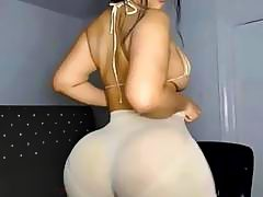 Hot babe wiggling her fat juicy ass